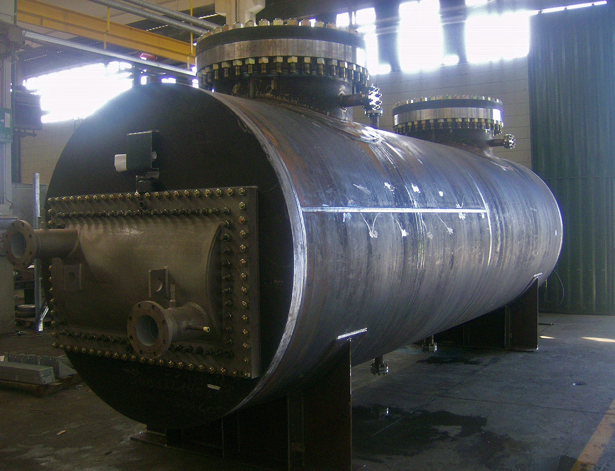 Compressed air cooler with integrated water separator